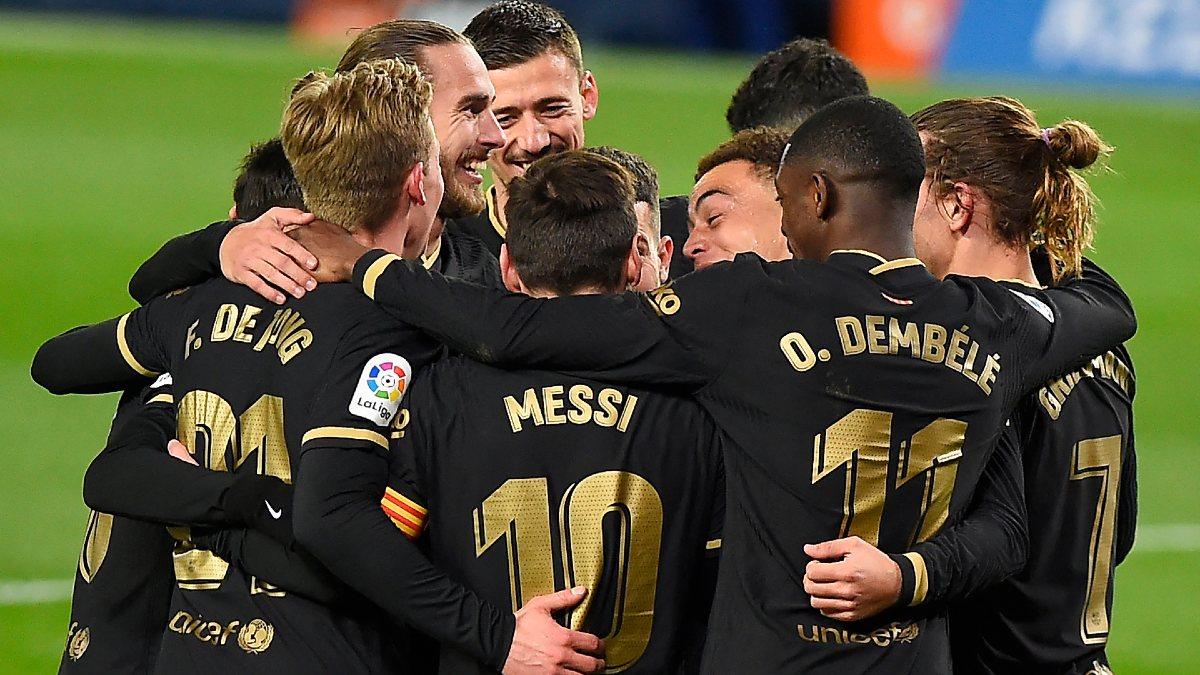 Los jugadores del Barça celebran un gol en Anoeta. (AFP)