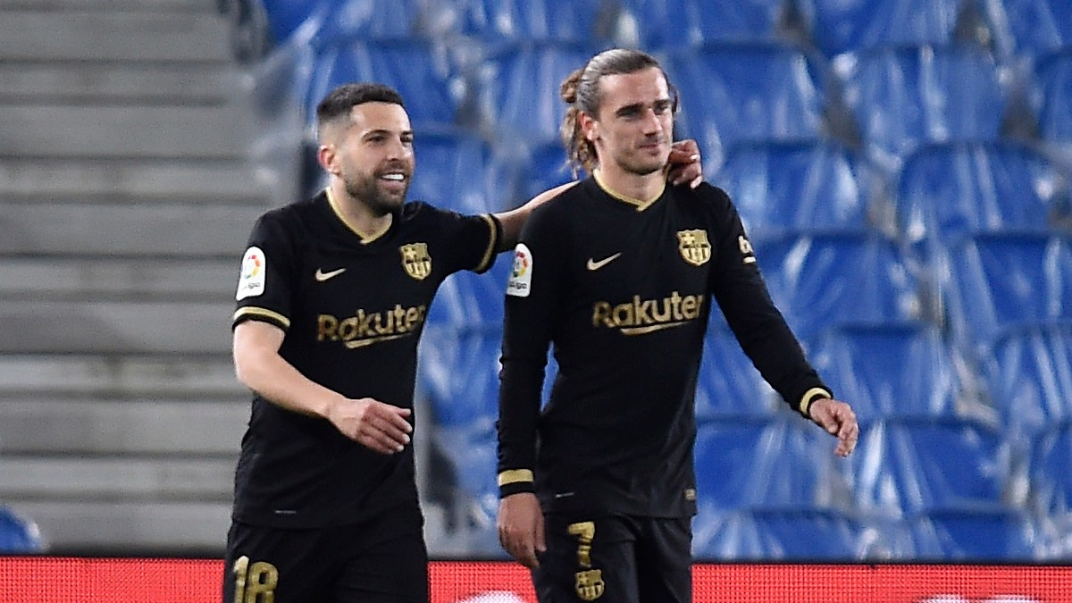 Antoine Griezmann celebra con Jordi Alba su gol en el Real Sociedad-Barcelona. (Getty)