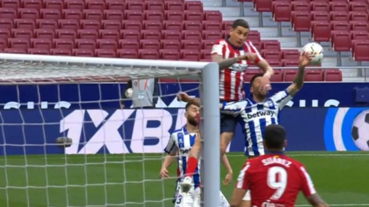 El Atlético pidió penalti por mano de Edgar.