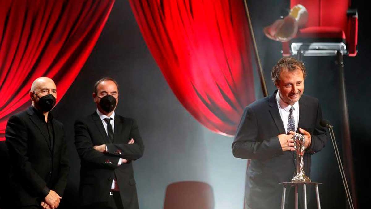 Los productores Raimon Masllorens (d), Carlos Fernández (i) y Oriol Sala-Patau (c) tras recibir el premio a la Mejor Película por «La vampitra de Barcelona» durante la gala de entrega de los XIII Premios Gaudí que se celebra este domingo en Barcelona. Foto: EFE