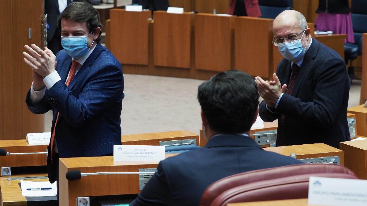 El presidente de la Junta de Castilla y León, Alfonso Fernández Mañueco (i), y el vicepresidente, Francisco Igea (d), en la sesión de la moción de censura.