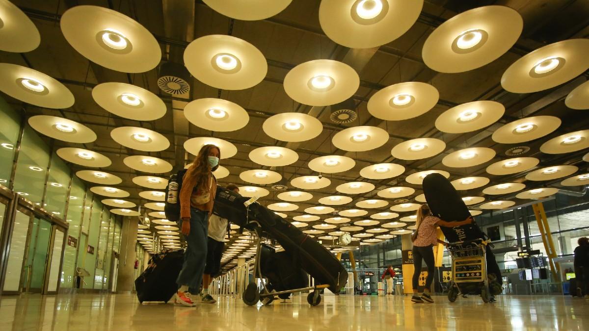 Imagen de archivo de tres personas llegando a la terminal T4 del Aeropuerto Adolfo Suárez Madrid-Barajas. (Foto: Europa Press)