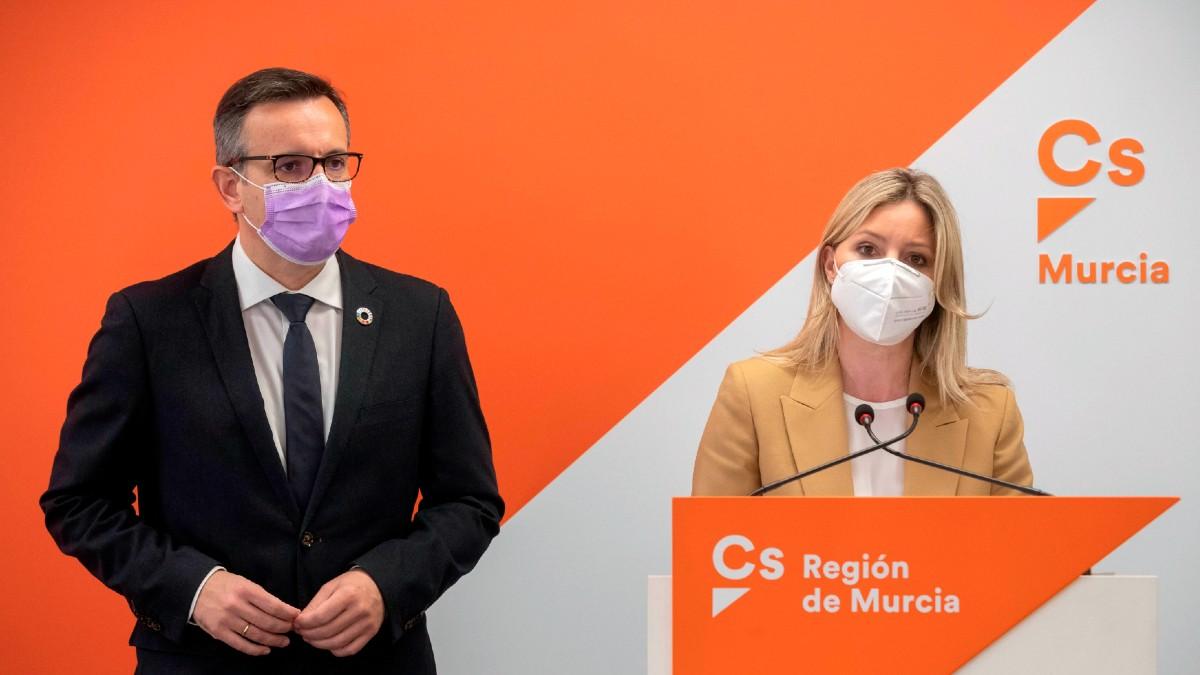 El líder del PSOE de Murcia, Diego Conesa, imputado por corrupción, y la coordinadora regional de Cs, Ana Martínez Vidal, en la sede de Ciudadanos. (Foto: Efe)