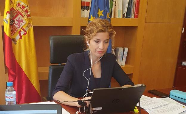Hana Jalloul, número dos de Ángel Gabilondo, trabajando en su despacho del Ministerio de Migraciones