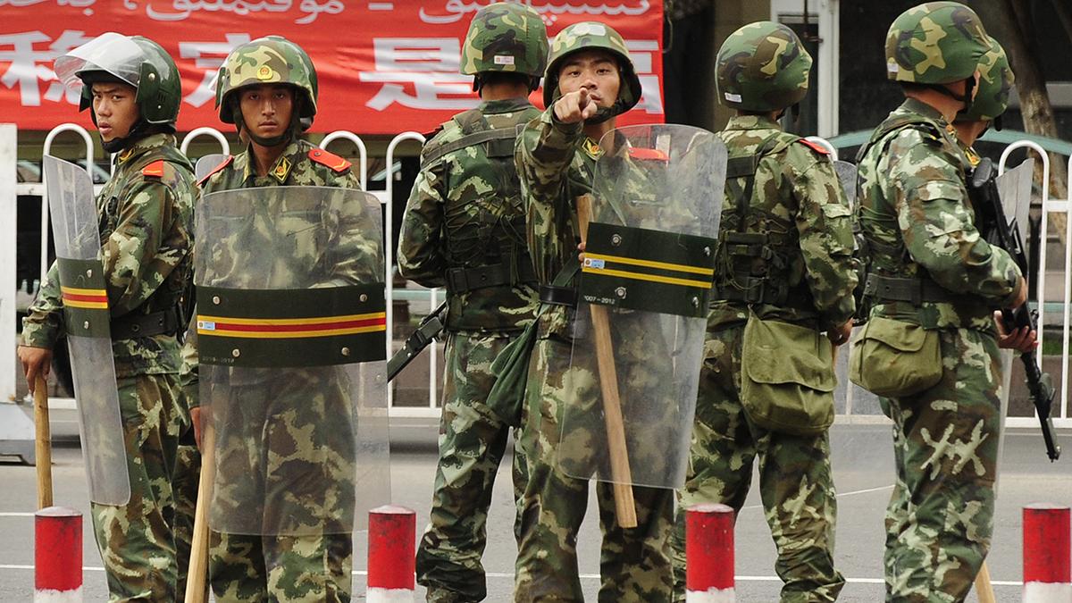Policía china desplegada contra la minoría iugur.