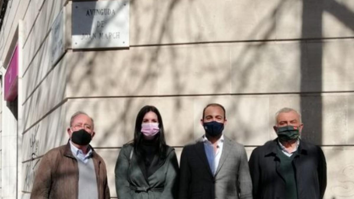 Los concejales de Vox Palma junto a la placa de una de las calles afectadas por el cambio de nombre.