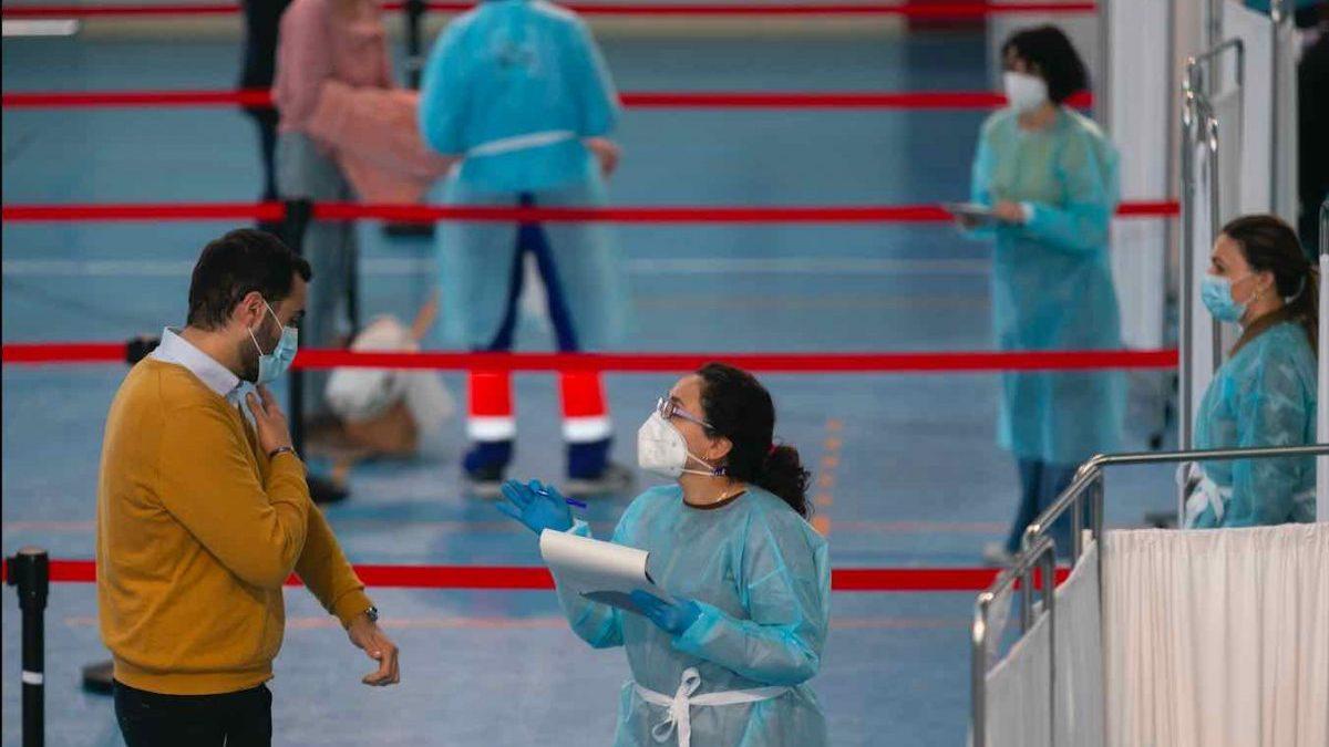Profesionales de Educación reciben la primera dosis de la vacuna AstraZeneca en Sevilla (Foto: María José López / Europa Press).