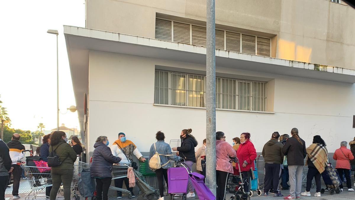 Colas del hambre en Cádiz.