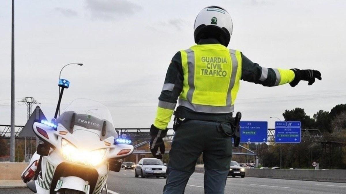 Un Guardia Civil de Tráfico en un control.