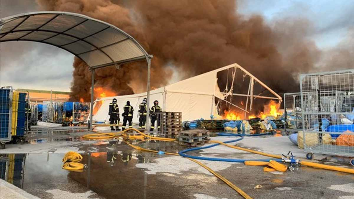 Un incendio afecta a cuatro naves industriales con almacenamiento de plástico y papel en Fuencarral. Foto: EP