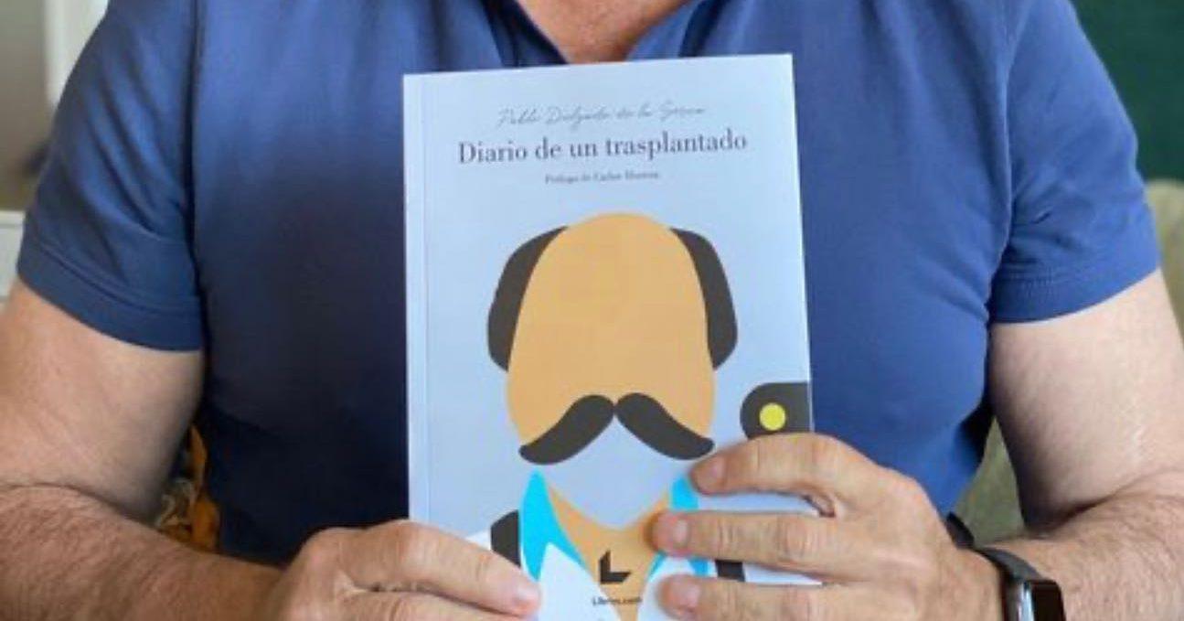Pablo Delgado de la Serna con su libro en las manos. @RedesSociales