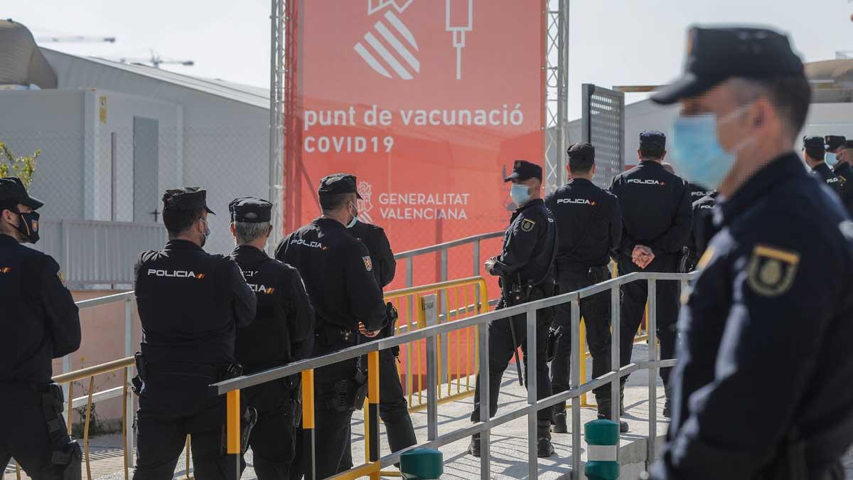 Agentes de la Policía Nacional esperan su turno para vacunarse en la Comunidad Valenciana. Foto: EP