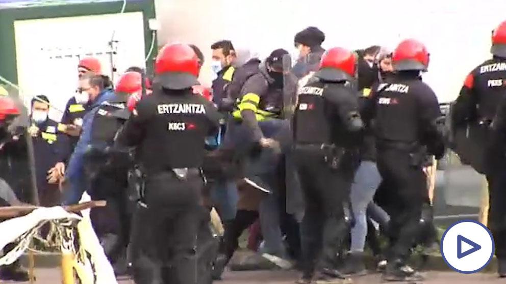 Enfrentamientos entre la Ertzaintza y los trabajadores en huelga de Tubacex.
