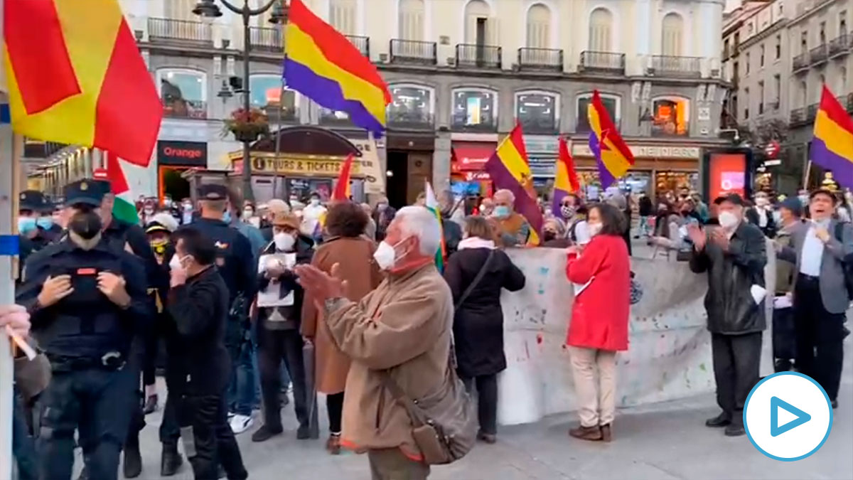 Manifestantes republicanos en la Puerta del Sol junto a una carpa del PP.
