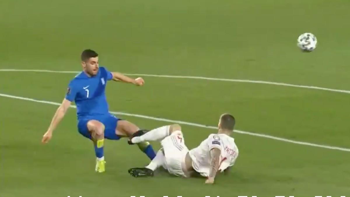 Íñigo Martínez comete penalti en el España-Grecia.
