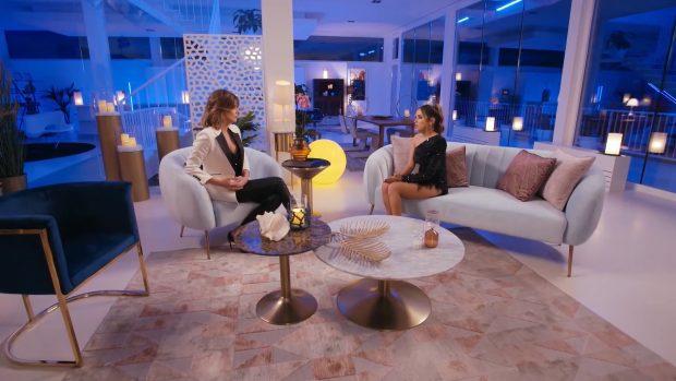 Lucía explica que se besó con Manuel en el vuelo de regreso a España