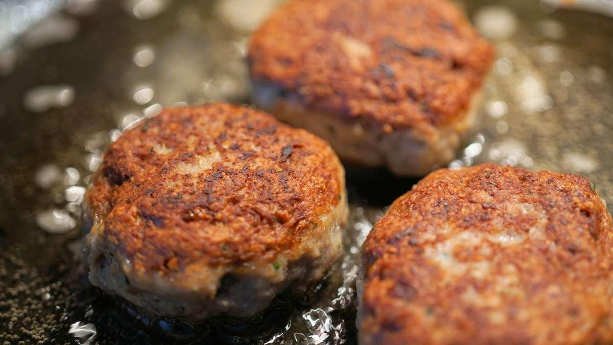 Las albóndigas de salmón en salsa de queso tienen un gran sabor y es divertido hacerlas. Mezcla la masa y a freír… ¡Pruébalo ya!