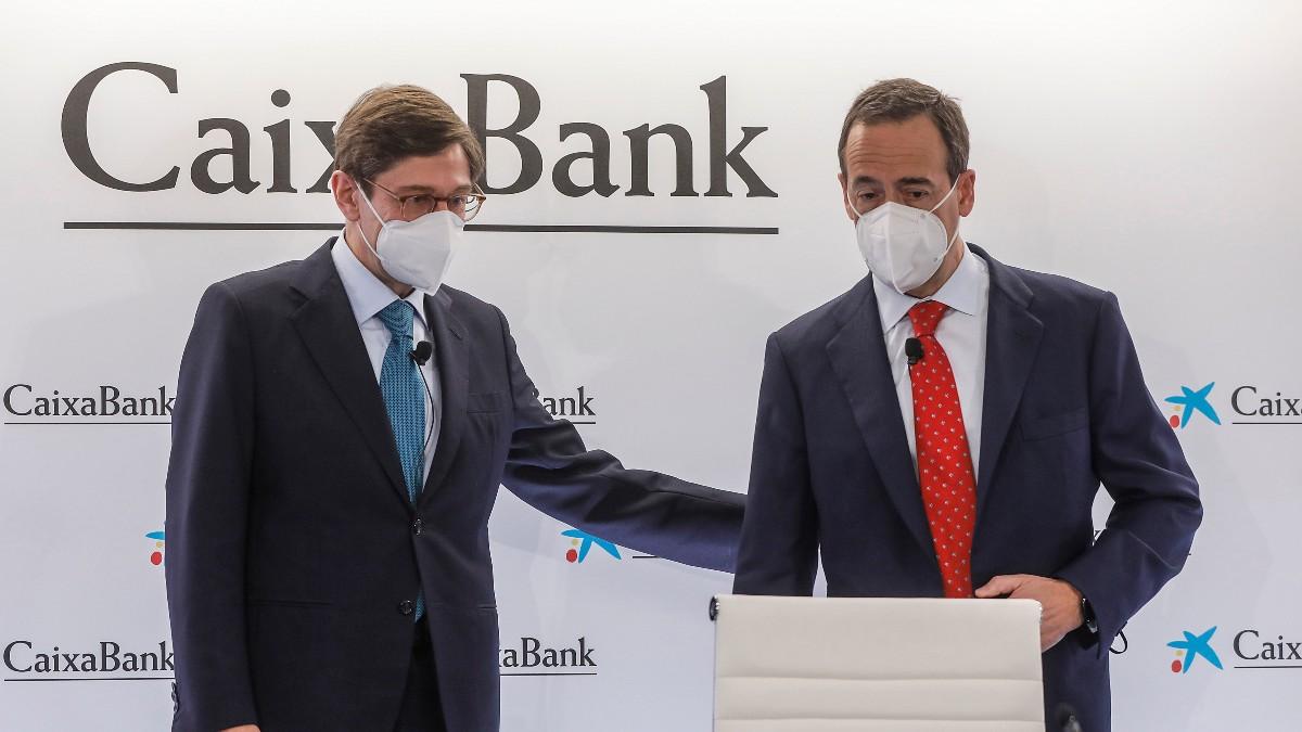El presidente de CaixaBank, José Ignacio Goirigolzarri (i), y el consejero delegado de la entidad, Gonzalo Gortázar
