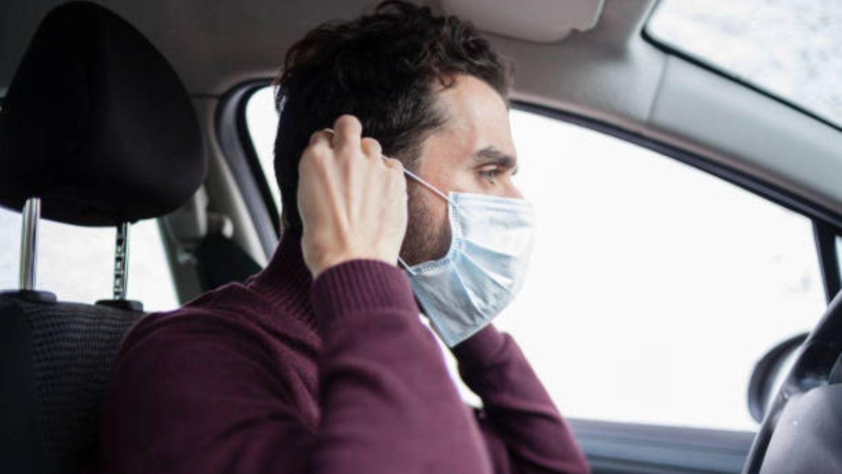 Debemos evitar quitarnos la mascarilla mientras estamos conduciendo.