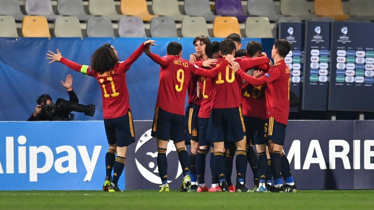 Los jugadores de Luis de la Fuente celebran uno de los tantos ante Eslovenia. (SeFutbol)