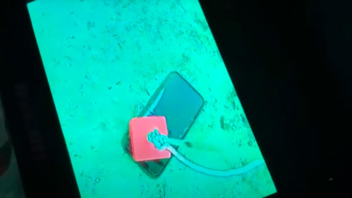 El iPhone en el fondo del lago