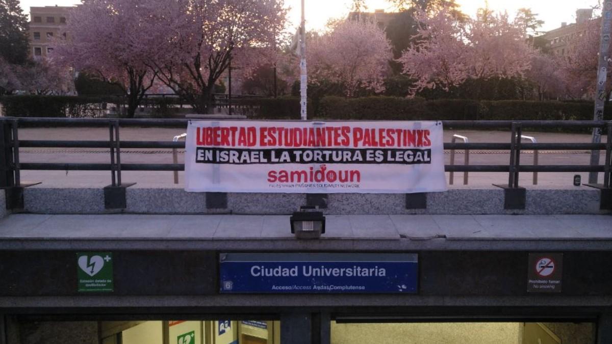 Una pancarta del grupo Samidoun en la parada de Metro de Ciudad Universitaria de Madrid. (Foto: @samidounspain)