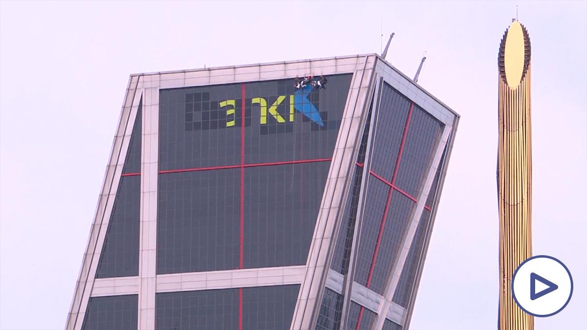 Las Torres Kio cambian el logo de Bankia por el de CaixaBank.