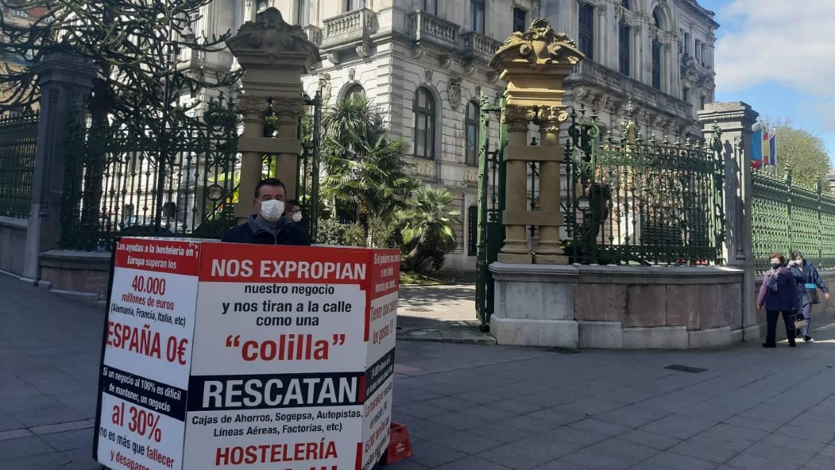 El empresario hostelero Patricio Sánchez, conocido como Titi, lleva 700 horas protestando ante la Junta General de Asturias.