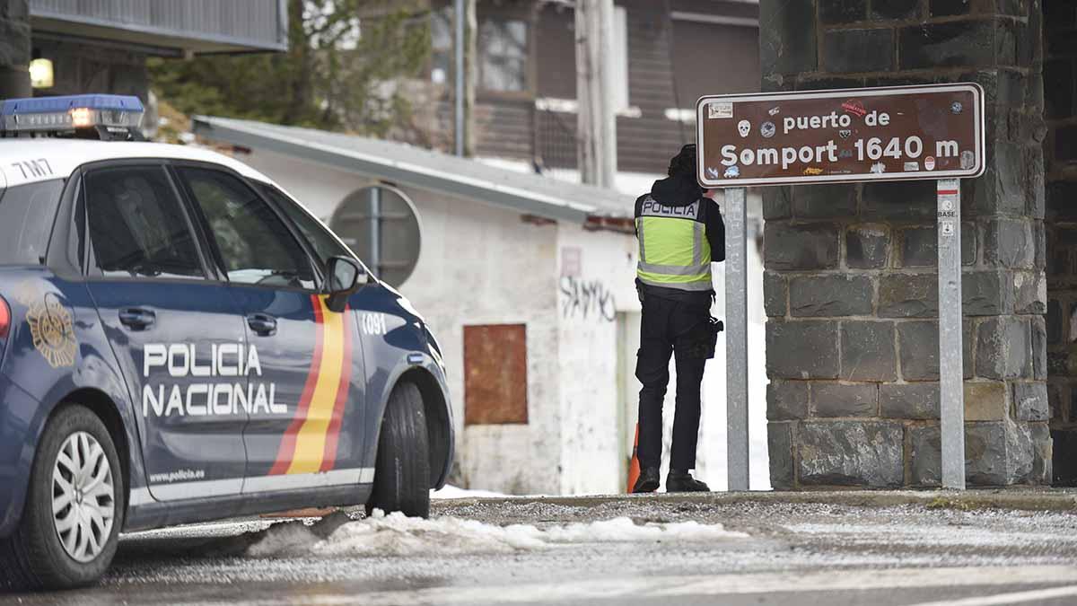 Un agente hace guardia en el puesto fronterizo de Somport (Huesca) entre España y Francia. Foto: EP