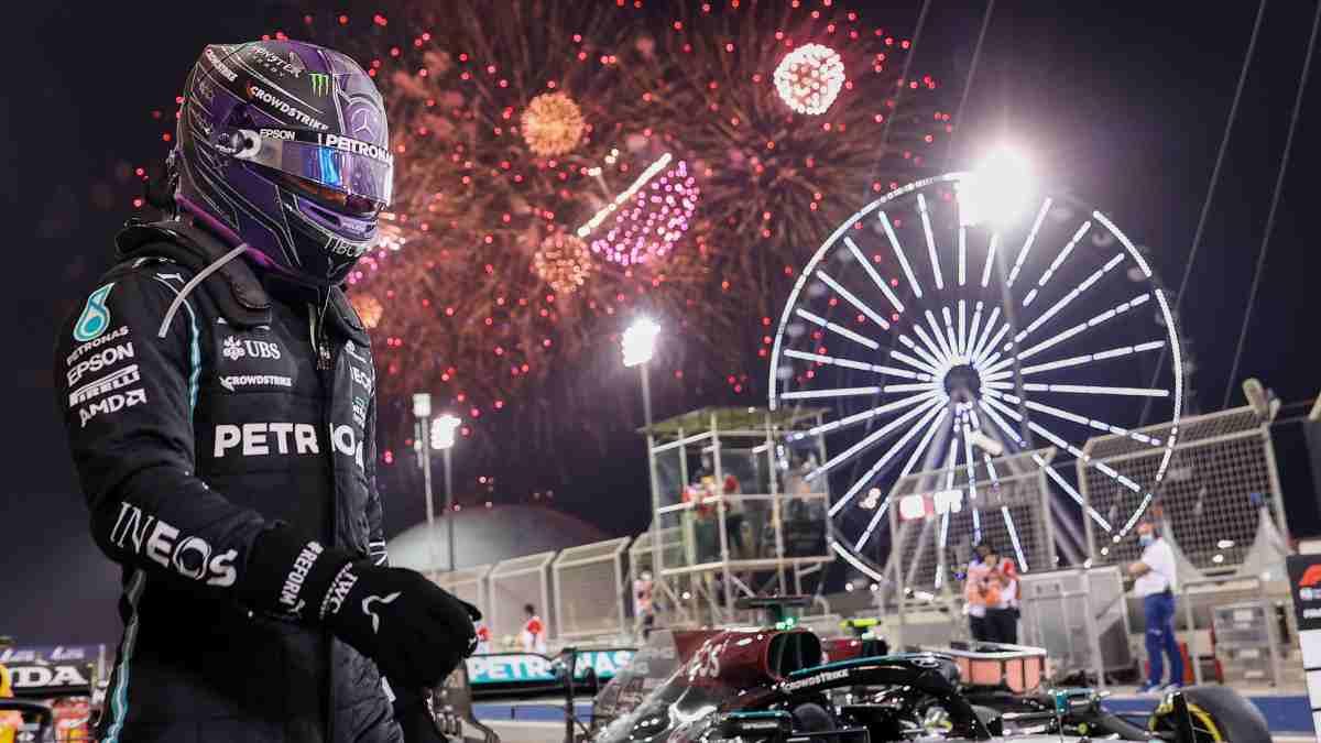 Lewis Hamilton tras su victoria en el Gran Premio de Baréin. (AFP)