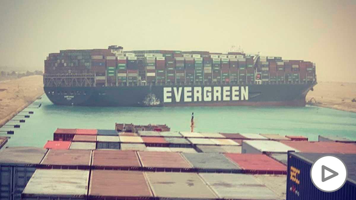 El buque de carga encalla atravesado en el Canal de Suez y bloquea el tráfico. Foto: @fallenhearts17.