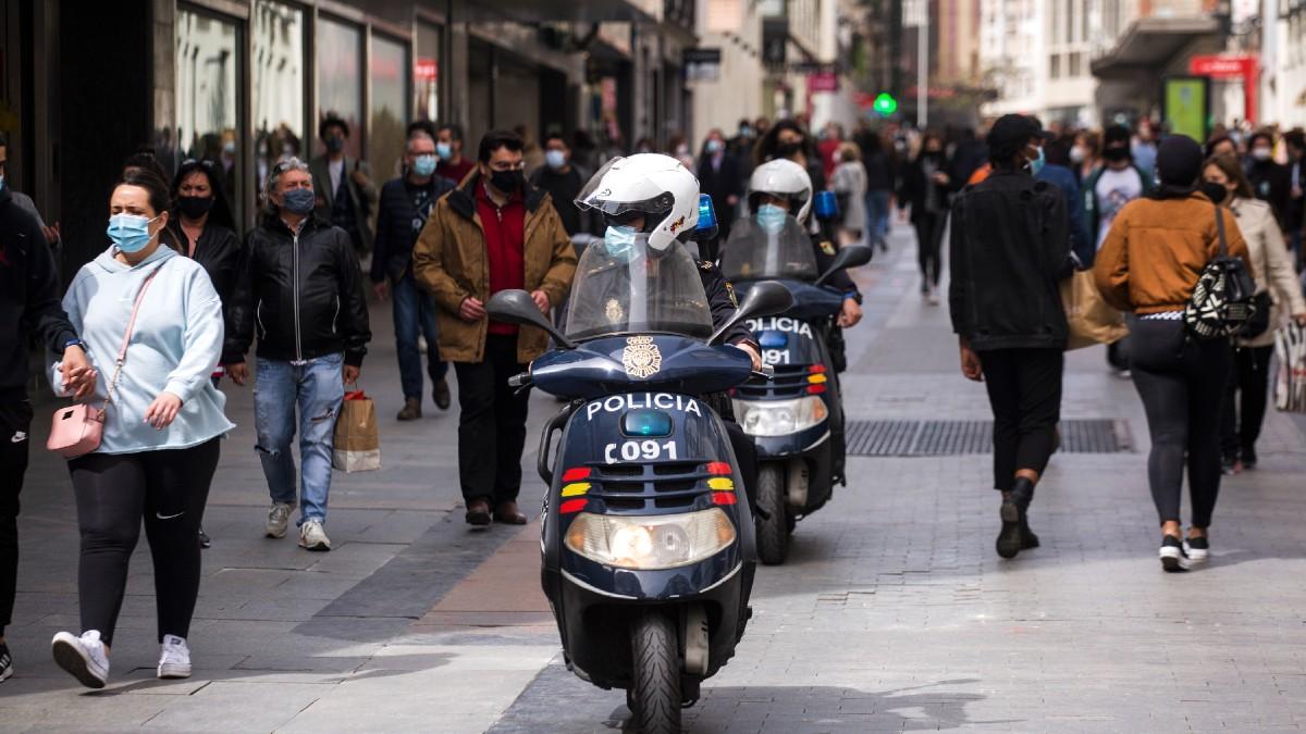 Imagen de archivo de dos policía nacionales en moto por el centro de la ciudad, en Madrid. (Foto: Europa Press)