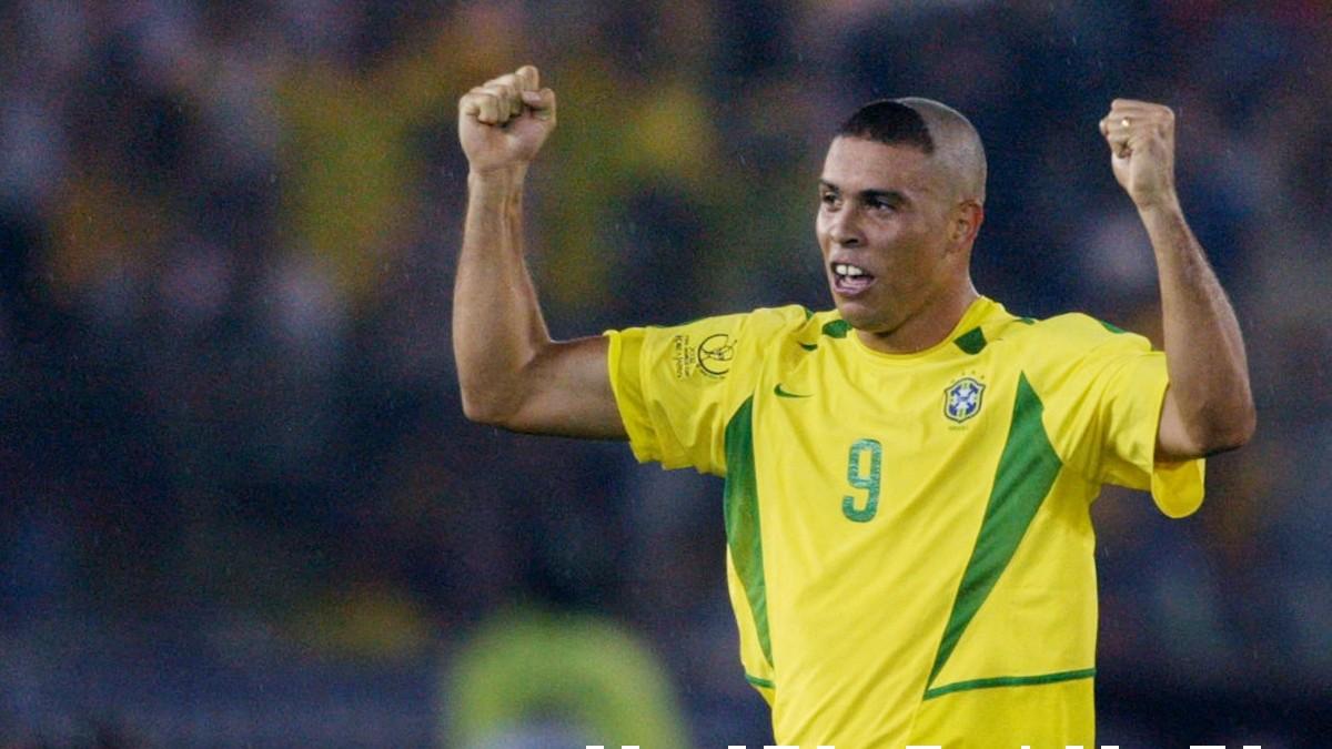 Ronaldo celebra un gol con su famoso peinado en el Mundial de Corea 2002. (AFP)