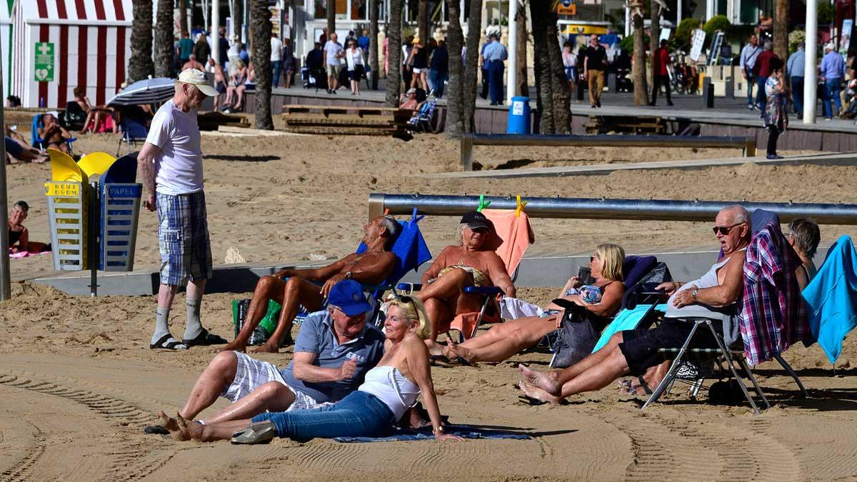 Ciudadanos británicos disfrutan de la playa en Benidorm. Foto: AFP