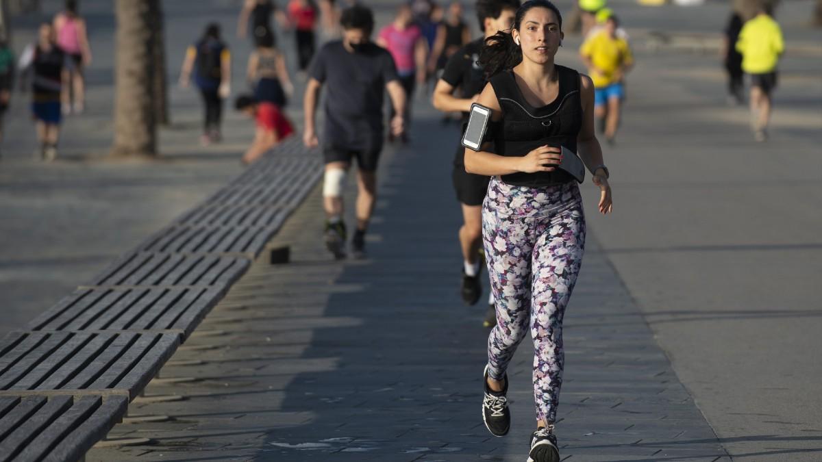 Una corredora por la playa de la Barceloneta. (Getty)