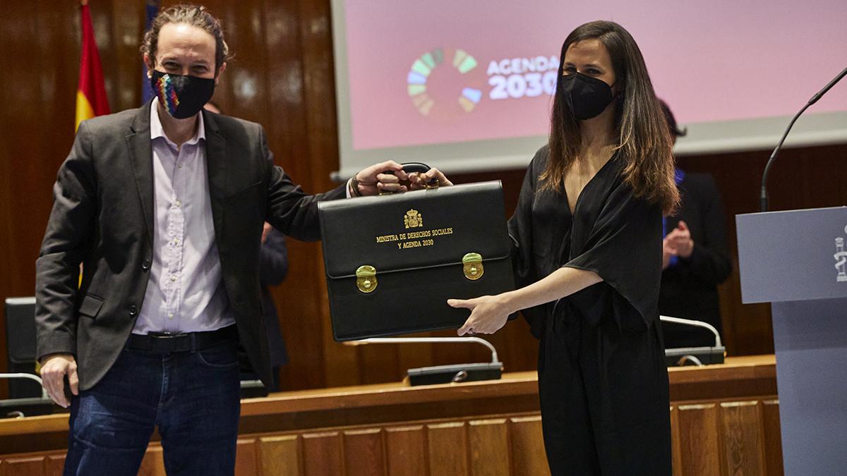 El vicepresidente segundo y ministro de Derechos Sociales y Agenda 2030 saliente, Pablo Iglesias, cede la cartera ministerial a la nueva ministra de Derechos Sociales y Agenda 2030, Ione Belarra.