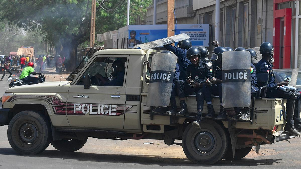 Policía en las calles de Niamey, donde se producen enfrentamientos entre el Ejército y los golpistas.