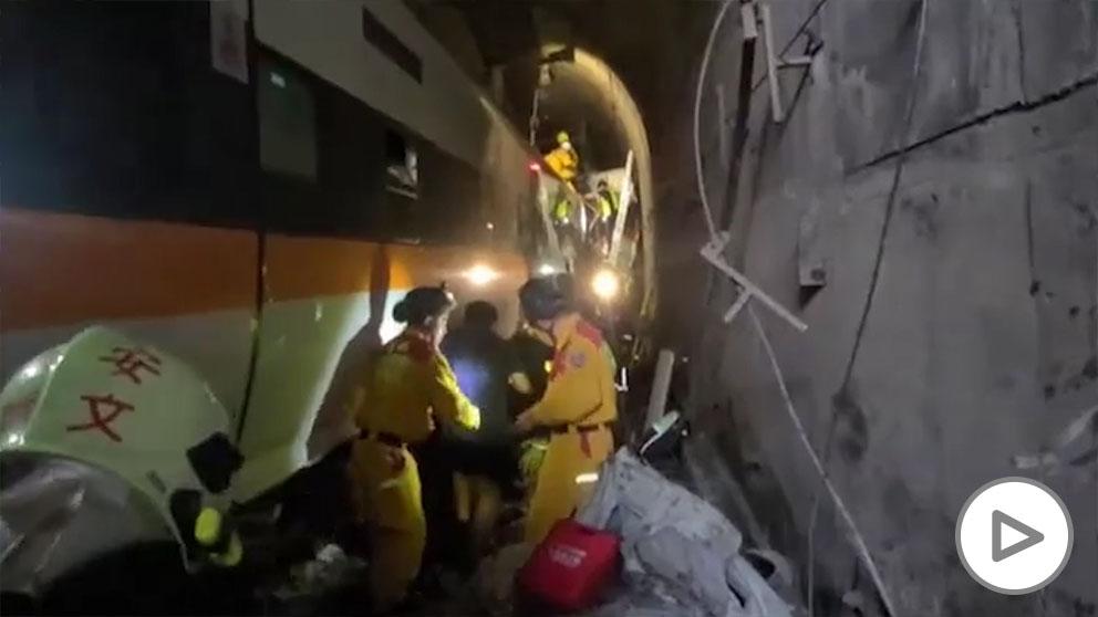 Al menos 48 muertos tras descarrilar un tren en Taiwán