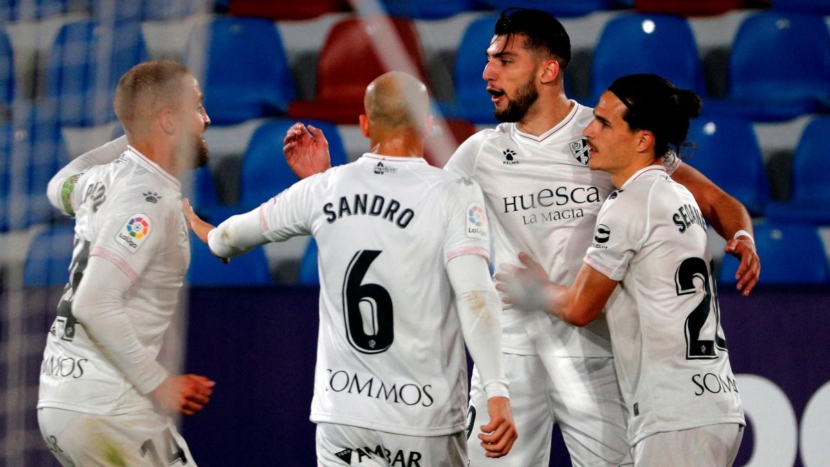 Los jugadores del Huesca celebran un gol de Rafa Mir. (EFE)