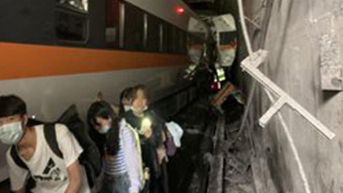 Una de las primeras imágenes del tren accidentado de Taiwán.