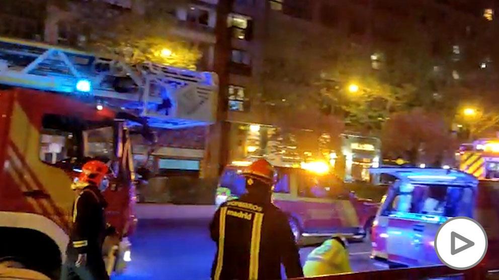 Varios heridos en un incendio en Madrid que obliga a desalojar un edificio.