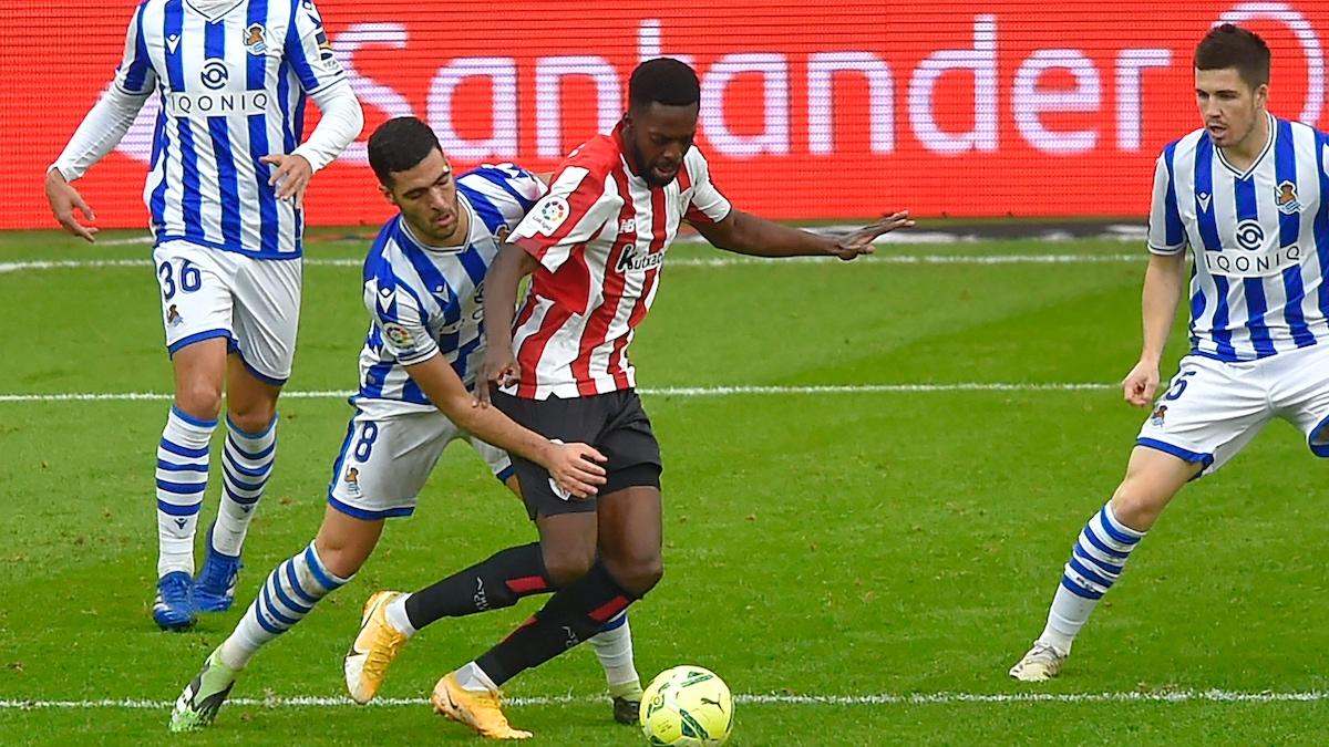 Williams se zaga de Mikel Merino en un Athletic-Real Sociedad en San Mamés. (AFP)