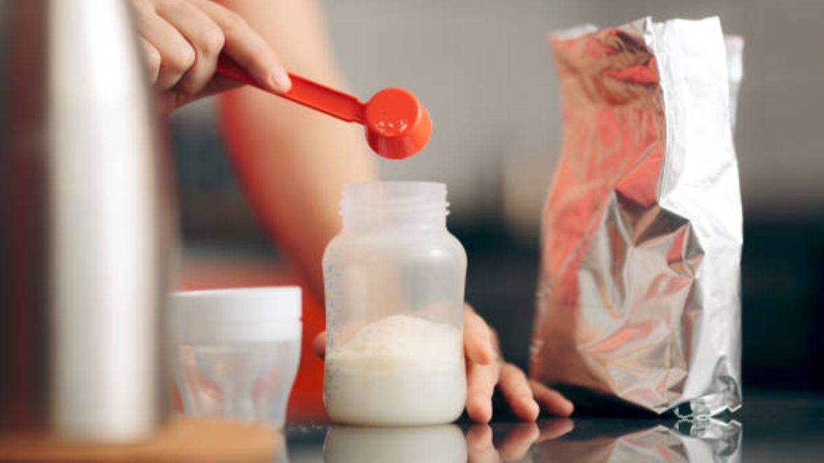De qué modo se prepara la leche en polvo para el biberón del bebé