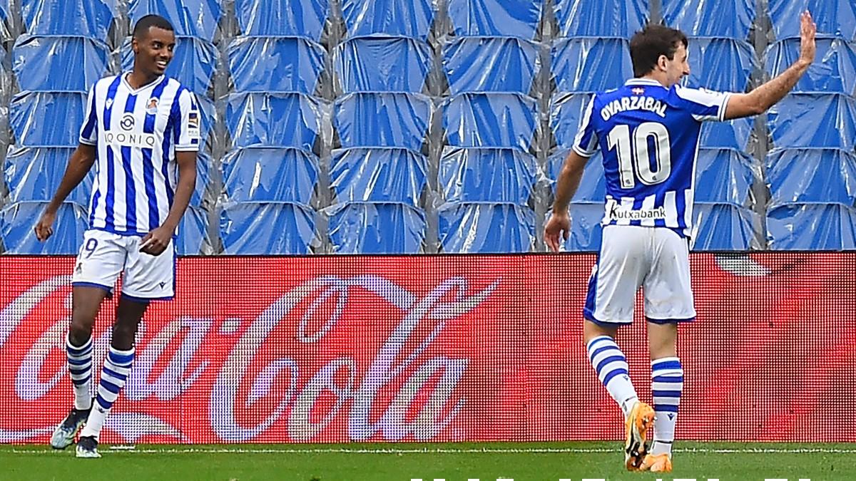 Isak y Oyarzabal, en un partido de la Real. (AFP)