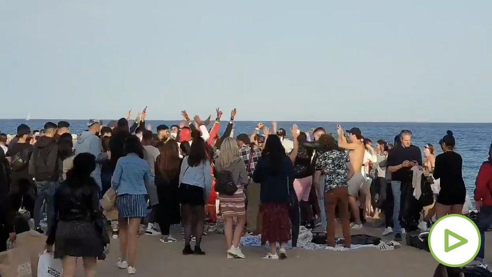 La Guardia Urbana desaloja a una multitud que bailaba en la Barceloneta.
