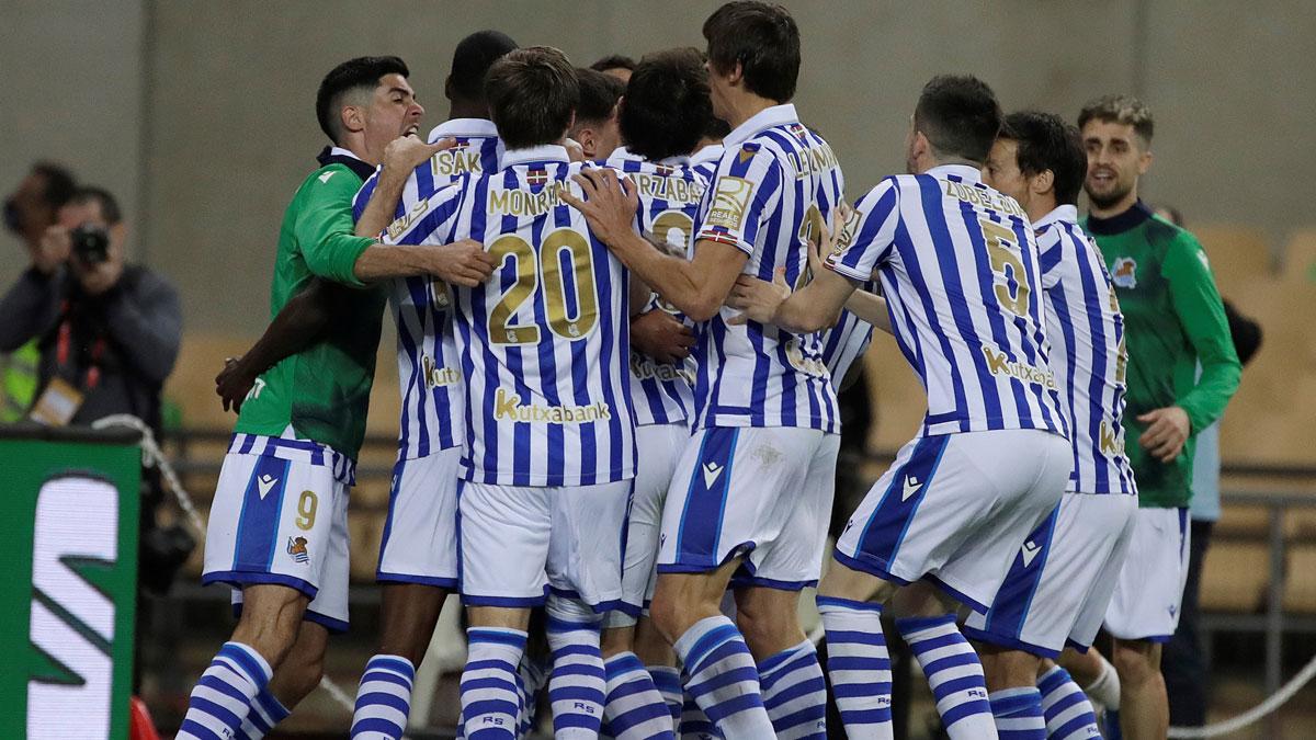 Los jugadores de la Real Sociedad celebran el gol de Oyarzabal en la final de Copa del Rey (Efe)