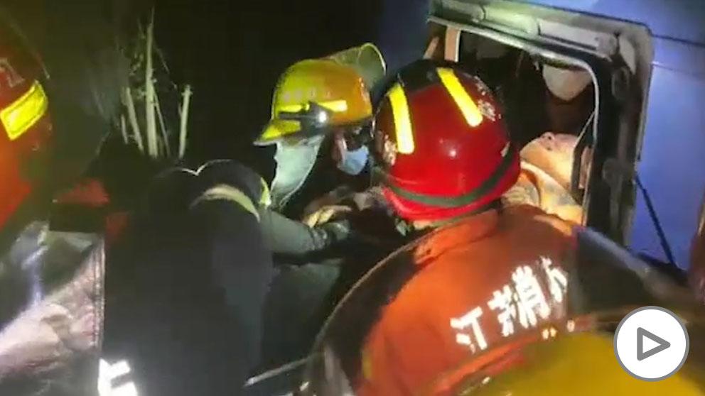 11 muertos y 19 heridos tras chocar un camión y un autobús en China.