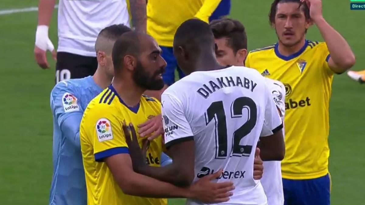 Los jugadores del Valencia acompañaron a Diakhaby al vestuario y luego ¡¡siguieron jugando!!