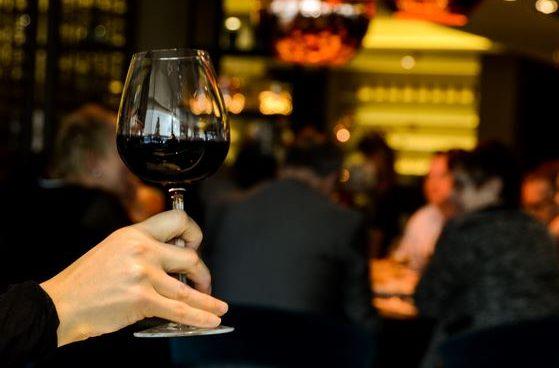 Conoce con estos signos con los que podrías tener riesgo al alcoholismo