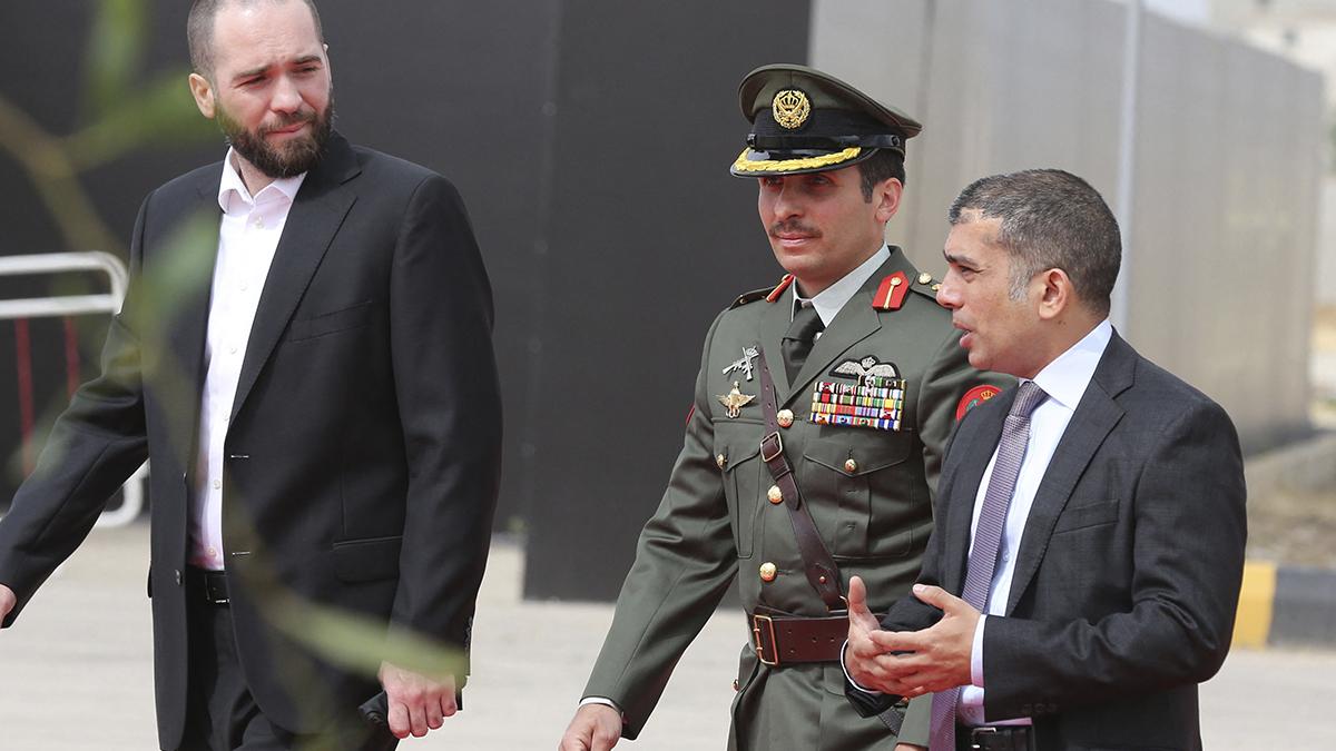 El príncipe Hamza bin Hussein, en el centro de la imagen, sospechoso de alentar un golpe de Estado contra su hermano para hacerse con el trono de Jordania.
